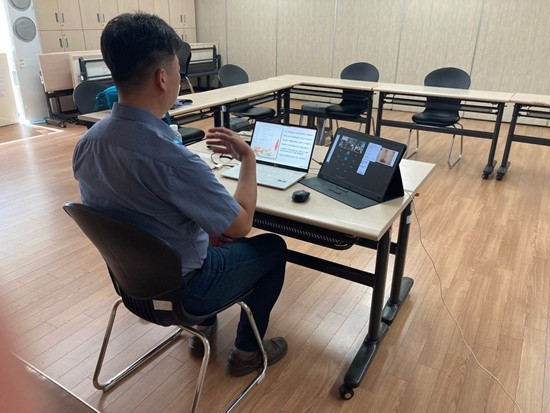 노트북앞에 앉아 비대면 온라인 수업중인 남성의 뒷모습